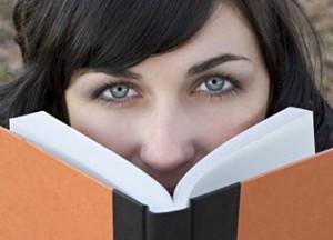 Notfallsanitäter verbringen das erste Jahr sehr viel Zeit mit ihren Lehrbüchern (Bild: (c) Stockexpert.com)