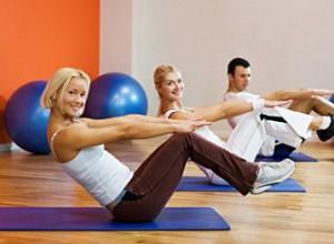 Ein Fitnesstrainer motiviert seine Teilnehmer - mit Wissen und einem Lächeln (Bild: stockxpertcom).