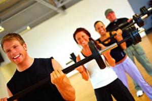 Beim Fitnesstraining können zahlreiche Geräte zum Einsatz kommen (Bild: Stockexpertcom).